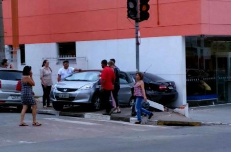 Motorista se esquece de puxar freio de mão e carro bate em agência bancária