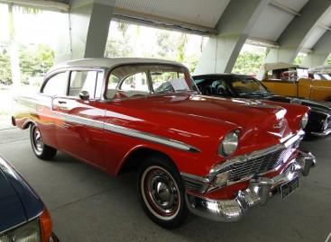 Apaixonados por carros antigos se reúnem em exposição no Parque Luis Latorre