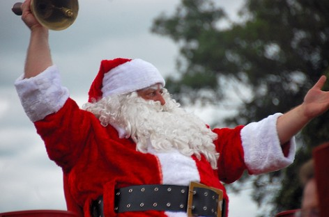 Papai Noel chega de helicóptero e faz a festa da criançada