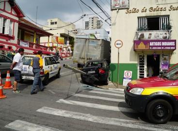 Caminhão perde freio e atinge carro no centro de Itatiba
