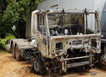 Caminhão roubado é incendiado na manhã desta terça-feira (19)