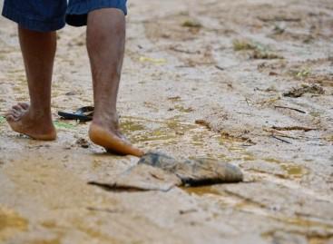 Córrego no B. Engenho D'água transborda e deixa moradores ilhados
