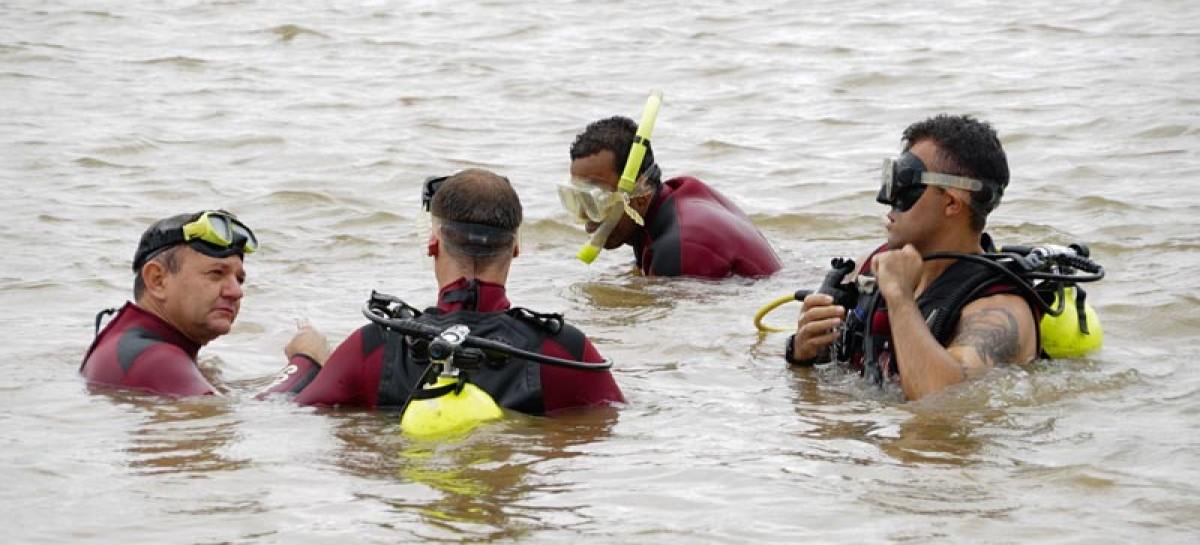 Bombeiros de Itatiba participam de treinamento para resgate aquático em águas escuras