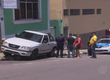 Caminhonete estacionada perde freio e atinge outros veículos na Rua Quintino Bocaiúva