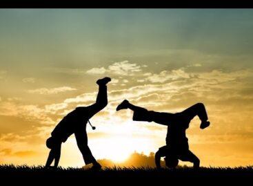 A capoeira é uma expressão cultural afro-brasileira que mistura luta, dança, cultura popular, música
