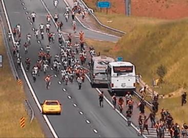 Briga de torcidas causa pânico em rodovia paulista