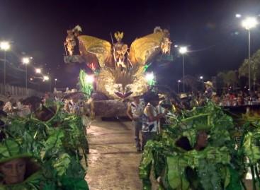 Águia Dourada e Alegre Colibri também enfrentam chuva durante o desfile de carnaval