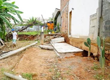 Deslizamento de área põe em risco casas e moradores do Pq. da Colina II