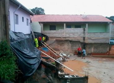 Muro de residência no Jd. das Nações despenca e coloca casal e bebê em risco