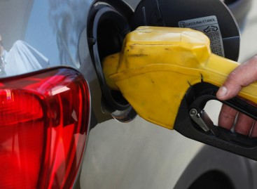 Petrobras discute reduzir preço dos combustíveis, e ações têm queda de 9%