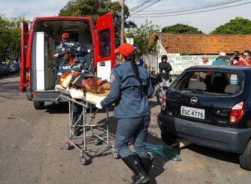 """Motociclista é """"fechado"""" e colide em carro estacionado na Av. da Saudade nesta sexta-feira (27)"""
