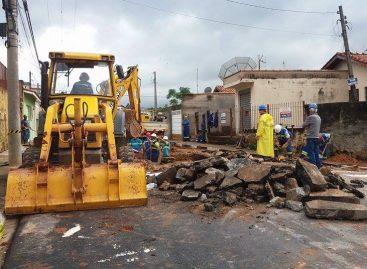 Vazamento abre cratera em rua no Bairro Nosso Teto e assusta moradores