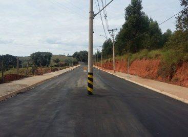 Postes ficam no meio da rua depois de obras de pavimentação no Bairro Recanto da Paz