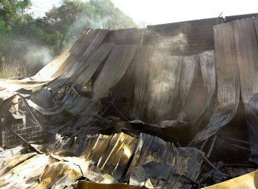 Incêndio de grandes proporções atinge fábrica de plástico em Itatiba