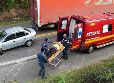 Carro colide em caminhão na Rod. Luciano Consoline