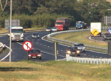 Multa para farol apagado em rodovias durante o dia é de R$ 85 e policiais rodoviários podem autuar sem abordagem pessoal