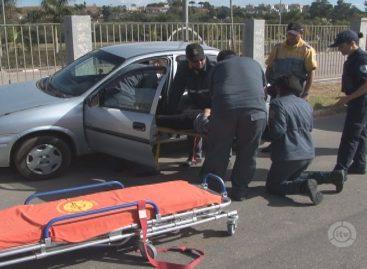Condutora colide carro em poste e fica inconsciente na Av. Guerino Grisotti