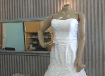Loja de Itatiba liquida vestidos de noiva e de festa. Preços vão de R$ 40 a R$ 500.
