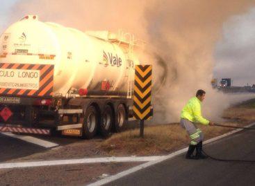 Caminhão bitrem pega fogo na Rodovia Dom Pedro I