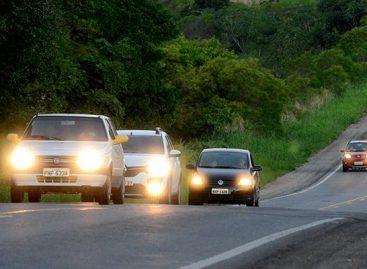 Aplicação de multas para farol desligado em rodovia sinalizada começa a valer em novembro