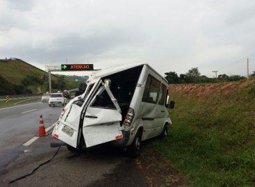 Motorista perde controle da direção e capota van na Rodovia Dom Pedro I