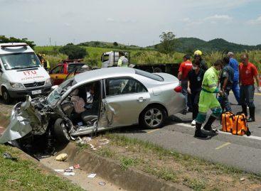 Condutor passa mal e bate carro em caminhão na Itatiba-Louveira