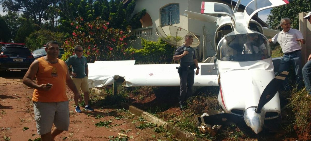 Avião cai e atinge muro de pousada na Rodovia Socorro-Bragança Paulista