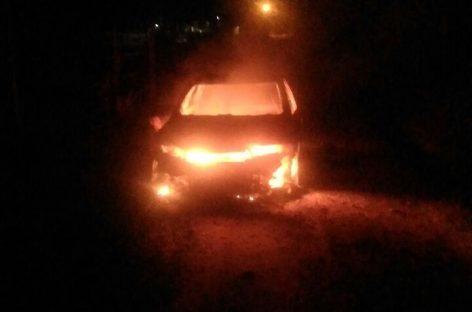 Bandidos queimam carro roubado na Itatiba-Jundiaí