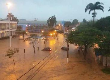 Chuva forte atinge Valinhos (SP) e provoca alagamentos na terça-feira (31)