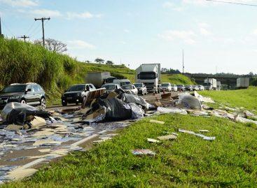 Caminhão tomba e deixa embalagens de sabão em pó espalhadas pela Itatiba-Bragança