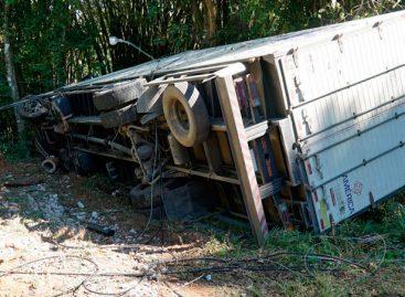 Caminhão perde freio, atinge carro e tomba na Itatiba-Vinhedo