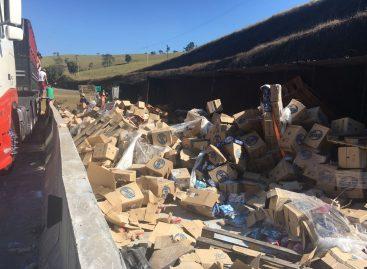 Caminhão com mais de 40 toneladas de sabão em pó tomba na Itatiba-Morungaba