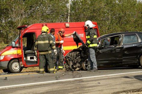Carro bate de frente com caminhão na Itatiba-Bragança