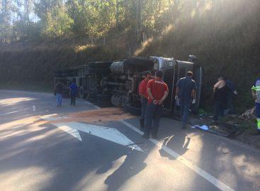 Caminhão tomba na Itatiba-Morungaba