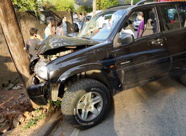 Ultrapassagem provoca colisão de carro em poste na Av. N. Sra. das Graças