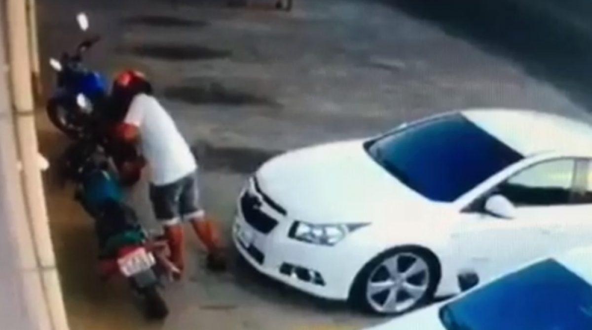 Câmera registra furto de moto em frente a um mercado de Itatiba