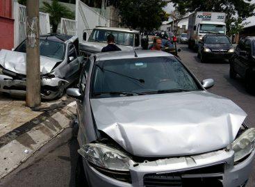Caminhão perde freio e provoca colisão entre cinco veículos