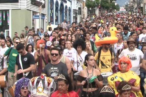 Veja como foi a segunda-feira de Carnaval: Bloco Desbocados