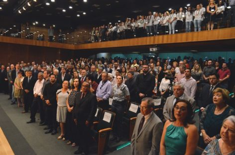 Solenidade de entrega de títulos de cidadão itatibense, gratidão e cidadão benemérito foi realizada no Teatro Ralino Zambotto