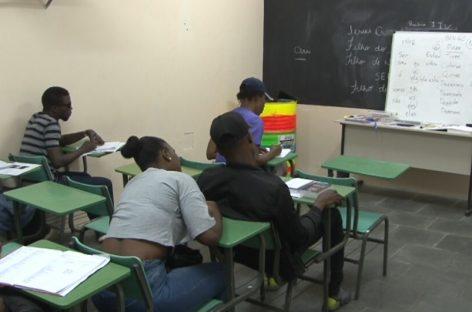 Haitianos que vivem em Itatiba recebem aulas voluntárias de Português